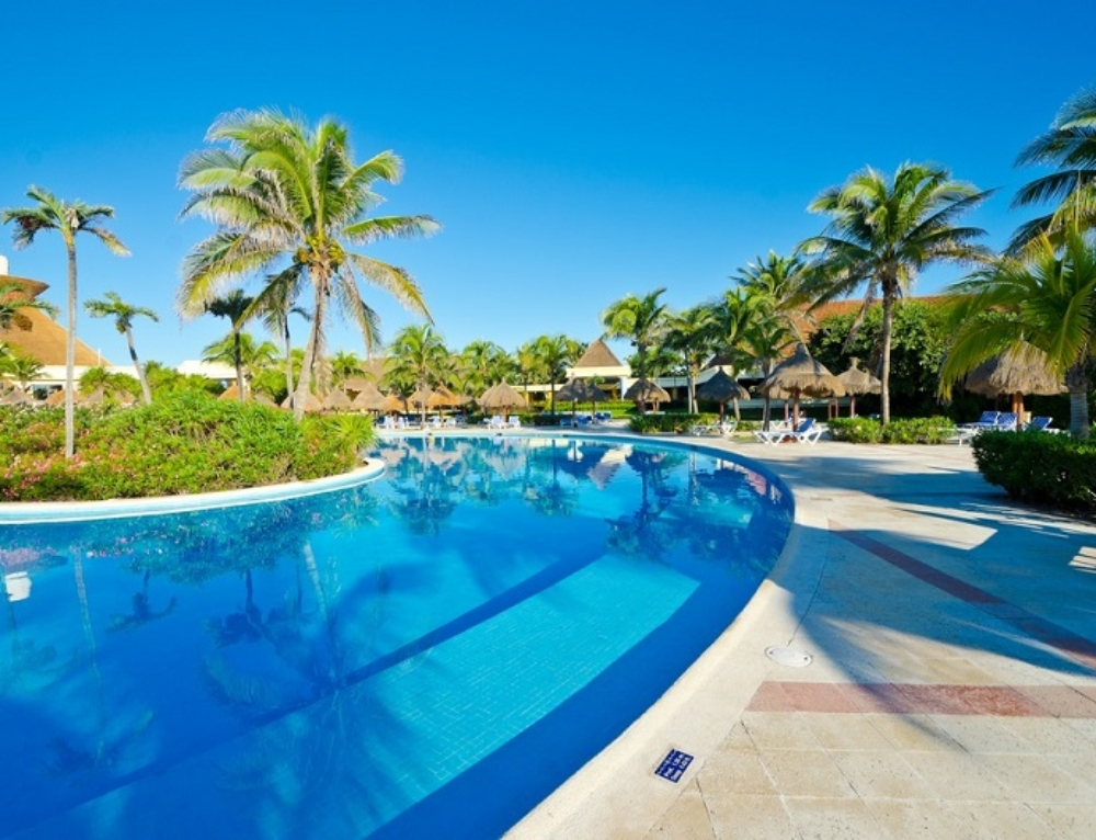 Popular Pool Surrounds for Creating a Picturesque Effect to the Pool